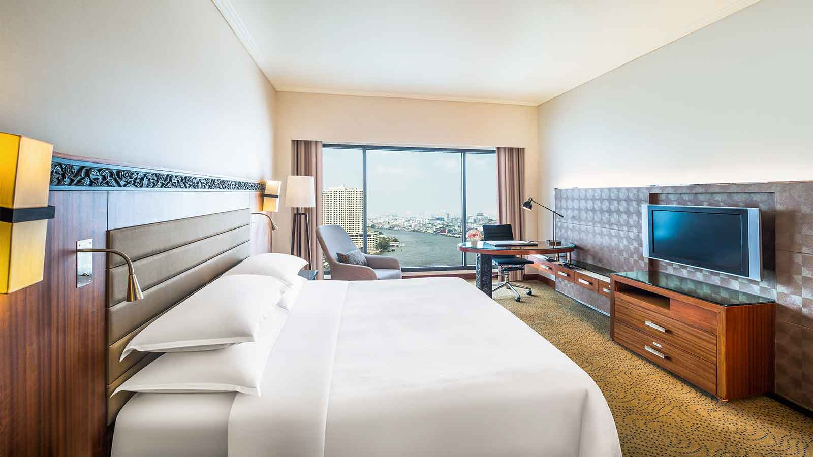 Deluxe Riverview Room King bed - Royal Orchid Sheraton Hotel Bangkok